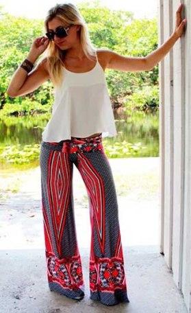 calça larga pantalona geometrica estampada cinza vermelha