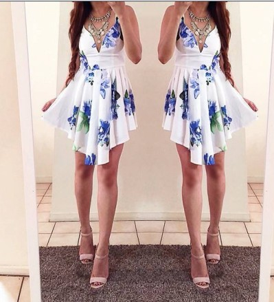 vestido branco floral azul decote profundo v