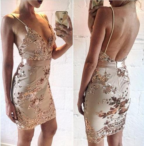 vestido de festa curto paetes alça fina decotado preto dourado 2