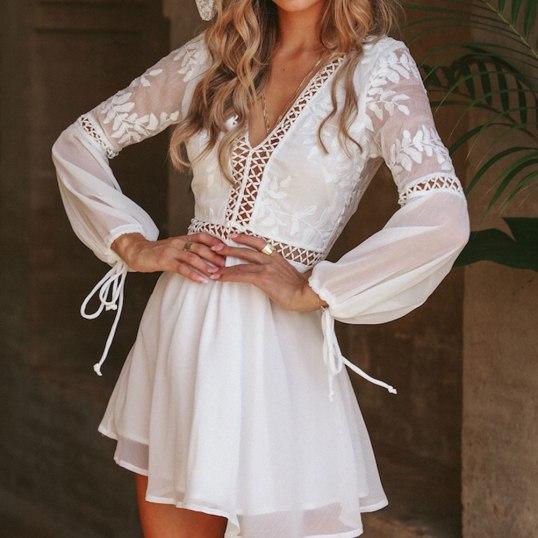 Vestido branco curto de manga de tule com transparencias