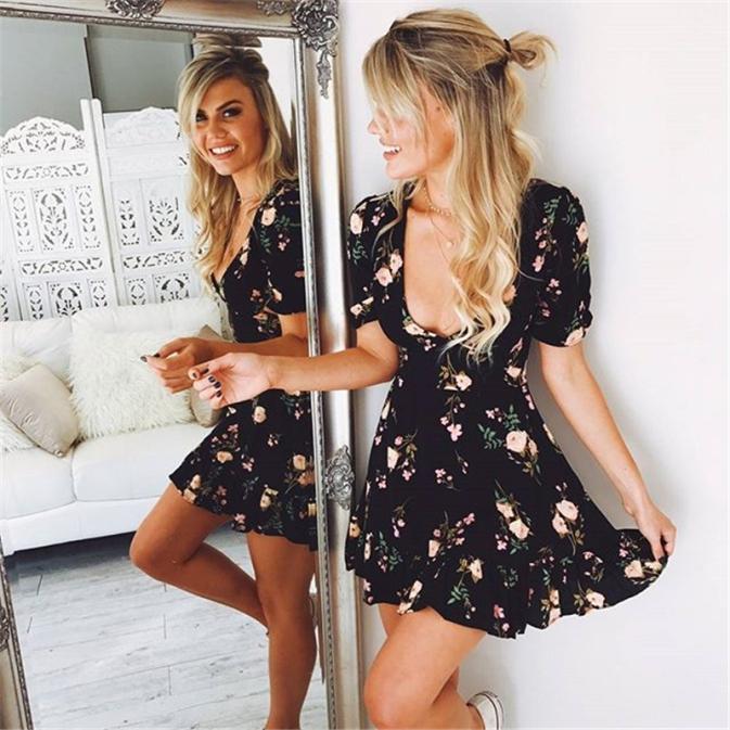 Vestido curto preto floral manga curta decote v